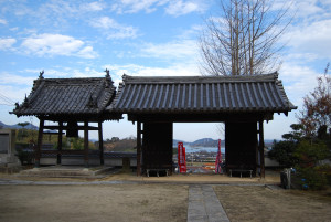 The main gate of Anrakuji